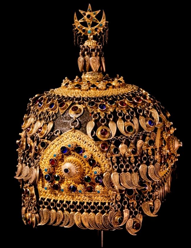 Украшения невероятно красивы и сложны в исполнении. Этот серебряный башлыг (головной убор) датируется 19 веком. Используются элементы в виде бута, и полумесяц.